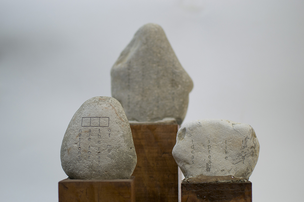 Notas en piedras de río